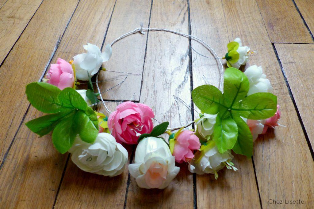 ... entourez le fil de fer autour de cotre couronne pour fixer vos fleurs
